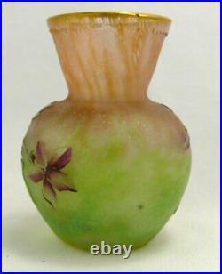 Daum, vase miniature multicouche, dégagé à l'acide, émaillé, doré, signé, intact