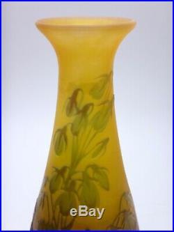 Emile Gallé Vase en verre piriforme signé à décor de Campanules de Corée