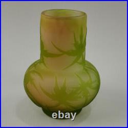 GALLÉ Émile, petit vase en verre multicouches à décors de chardon, H 10 cm