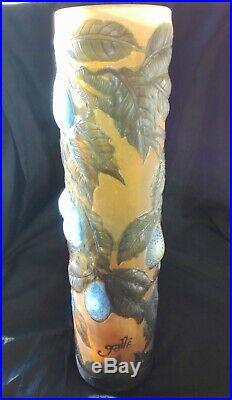 Grand vase Gallé, décor fruits en relief