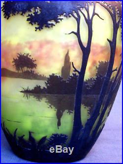 Joli gros vase Daum paysage lacustre sur 3 couleurs, era Gallé 1910, parfait