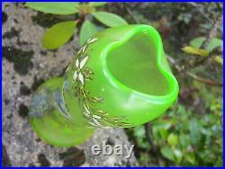 Joli vase à col trilobé en verre ouraline émaillé à décor d'un paon signé Legras