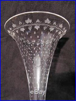 Paire de vases soliflores en cristal églomisé à décor d'anges époque XIX siècle