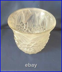 Pierre d'avesn, très joli vase en verre moulé pressé satiné décor floral stylisé
