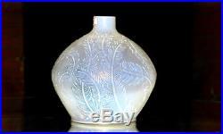 RENÉ LALIQUE. Vase n°944, Plumes, en verre opalescent patiné vert. C. 1920