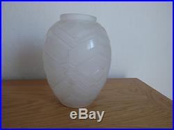 Superbe vase en verre pressé signé A. Hunebelle