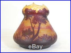 Vase DAUM NANCY en Pate de verre dégagé a l'acide
