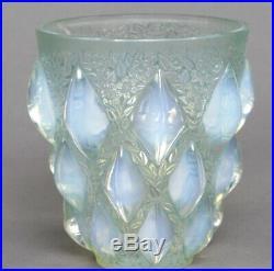 Vase Rampillon de R. Lalique en verre opalescent
