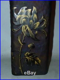 Vase de forme carré dégagé a l'acide décor de chrysanthèmes fond givré Daum