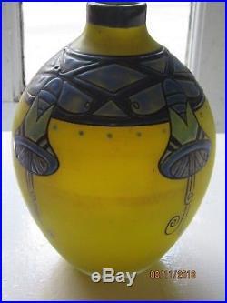 Vase delatte nancy à fond jaune, émaillé de fleurs stylisées bleu, vert et noir