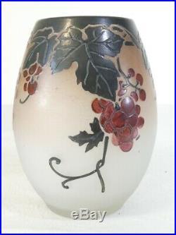 Vase en pate de verre degagé a l'acide ART NOUVEAU signé THOUVENIN