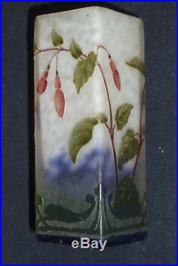 Vase miniature Daum Nancy, décor fuchsia, pâte de verre, dégagé à l'acide 1900