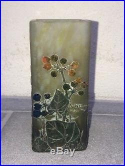 Vase quadrangulaire DAUM décor de Baies de Lierre