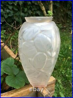 Vase verre moulé aux perroquets Art déco dans le style de Lalique