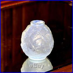 Verlys. Vase sphérique à décor de papillons de nuit, en verre opalescent dépoli